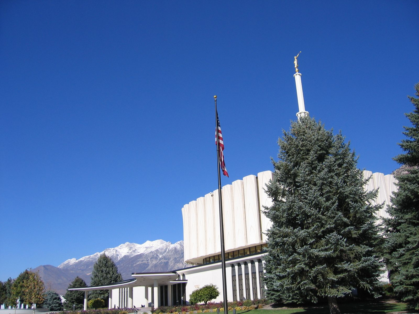Flag and mountains at the Provo Temple