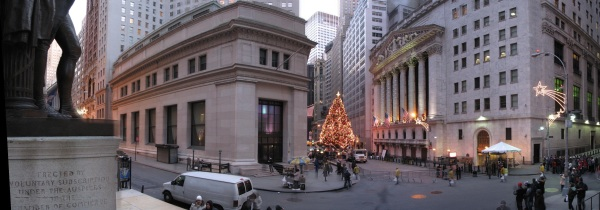 From the steps of the Federal Hall National Memorial is visible J. P. Morgan & Co. Building (left) and the New York Stock Exchange (right).