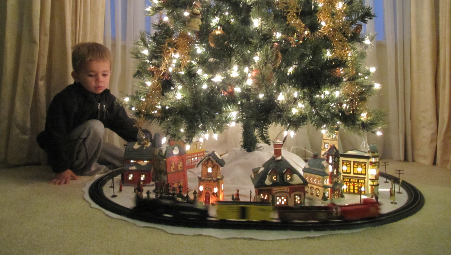 Train around the christmas tree for Around the tree